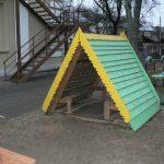 дизайн игрового домика из массива дерева во двор