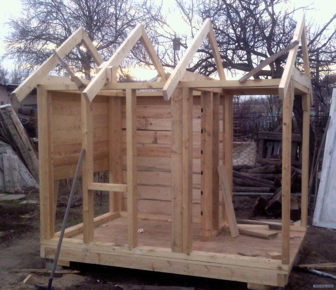конструкция детского домика из массива дерева во двор