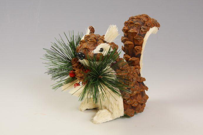 интересная зверюшка из елки и шишки своими руками фото