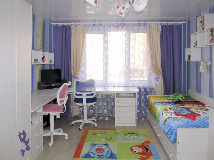 детская спальня для ребенка в теплых тонах