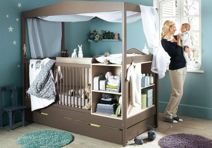 стандартная детская кроватка в комнате
