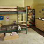 кроватка из дерева в интерьере комнаты каркас