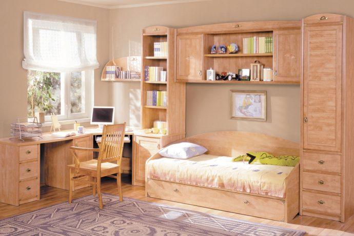 кроватка из дерева в интерьере комнаты