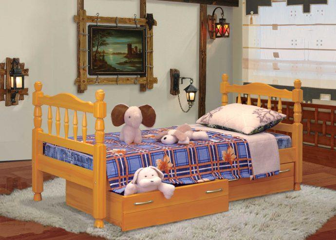 кроватка из дерева в комнате каркас