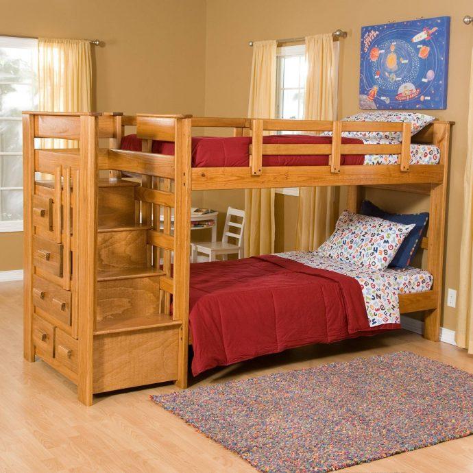 кроватка из массива дерева в комнате