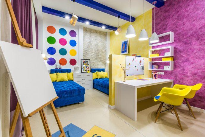 яркая спальня для двух мальчиков пример дизайна картинка