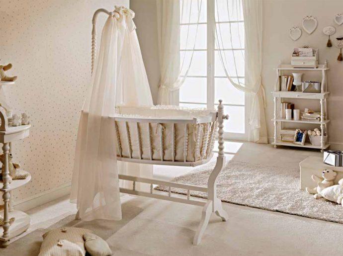 светлая детская кроватка в квартире