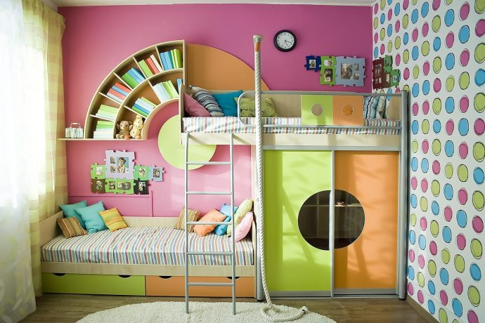 светлая функциональная мебель в детскую комнату для девочки пример