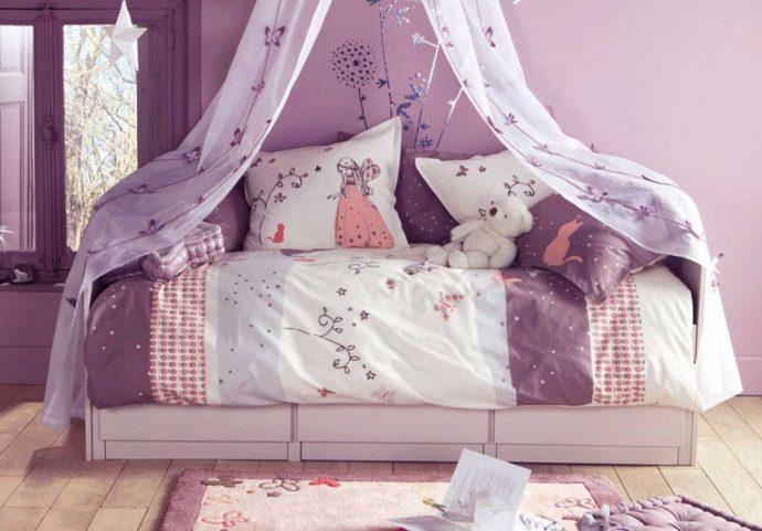 необычная детская кроватка в комнате