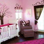 деревянная детская кроватка в комнате
