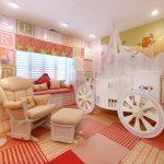 красивая детская кроватка в детской комнате