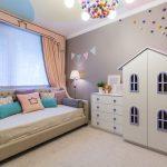 цветная функциональная мебель в детскую спальню для девочки фото
