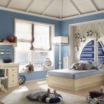 яркие шторы в спальню в интерьере картинка