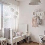 цветные шторы в детскую комнату для девочки в интерьере картинка