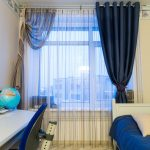 цветные шторы в комнату в интерьере фото