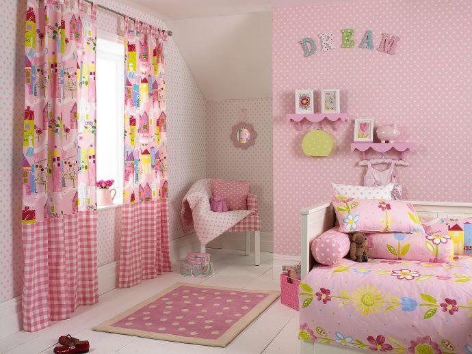 яркие шторы в комнату для девочки в интерьере комнаты