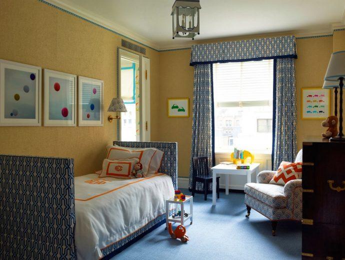 яркие шторы в комнату в интерьере
