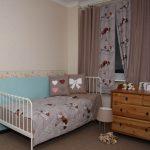 яркие шторы в детскую комнату для мальчика в интерьере фото