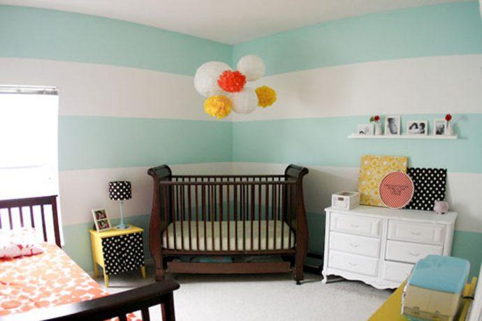 узкая детская кровать в комнате