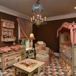 железная кроватка в детской комнате