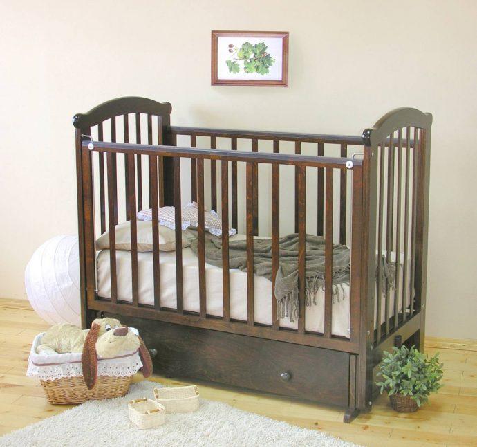 удобная кроватка для ребенка маятник для девочки из массива дерева