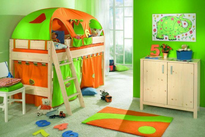 большая детская кроватка в интерьере комнаты