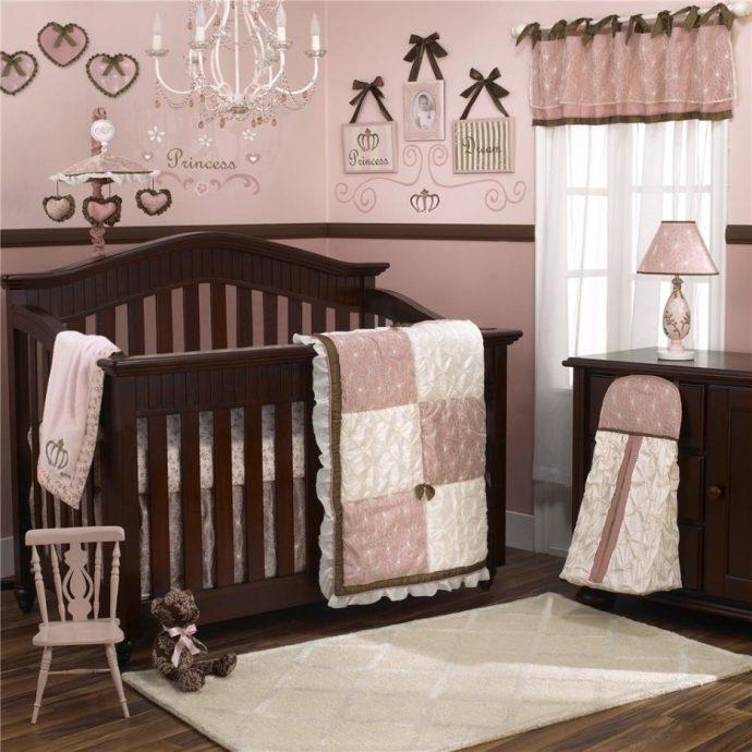 широкая детская кроватка в интерьере комнаты