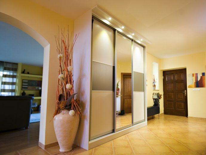 установленный шкаф светлый в прохожей комнате