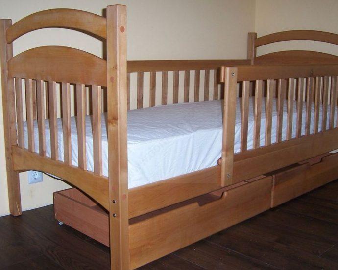 большая детская кровать с бортиками в интерьере комнаты пример