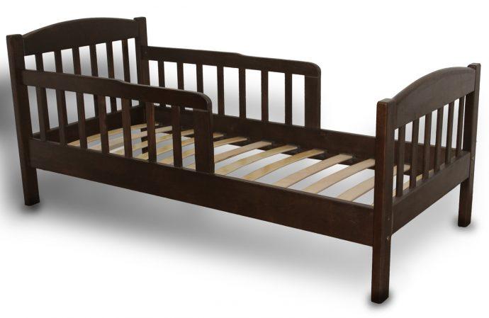 цветная кровать с бортиками в дизайне комнаты конструкция