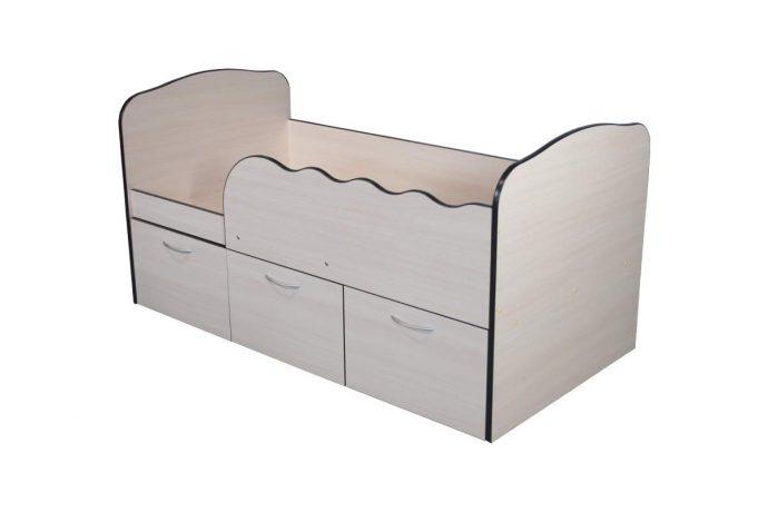 яркая детская кроватка с бортиками в комнате пример