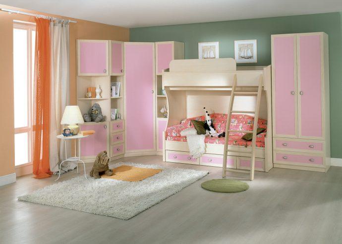 яркая функциональная мебель в детскую для девочки пример