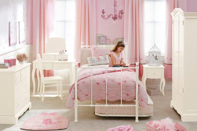 яркая функциональная мебель в детскую комнату для девочки