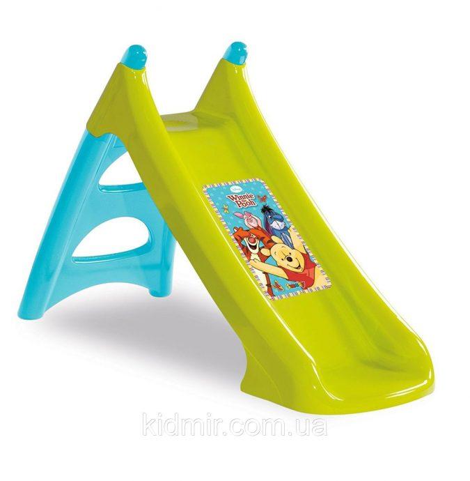 большая детская горка установлена вертикально для развлечений