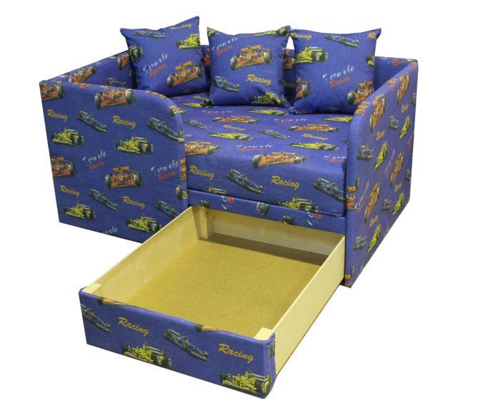 небольшая кровать для детей в спальне
