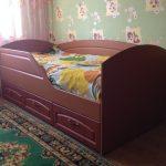красивая диван кроватка для ребенка в комнате фото