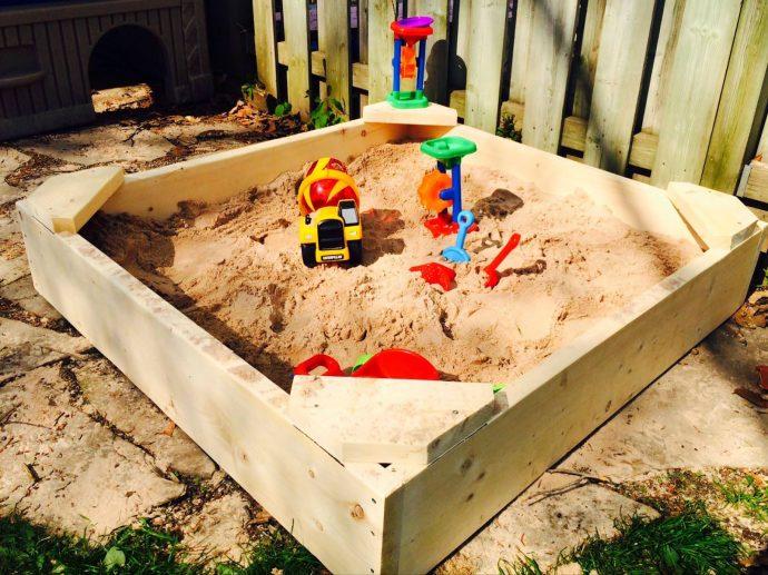 пластмассовая песочница на даче ручной сборки