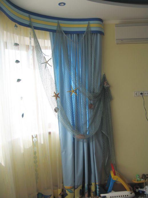 цветные шторы в комнату в интерьере комнаты