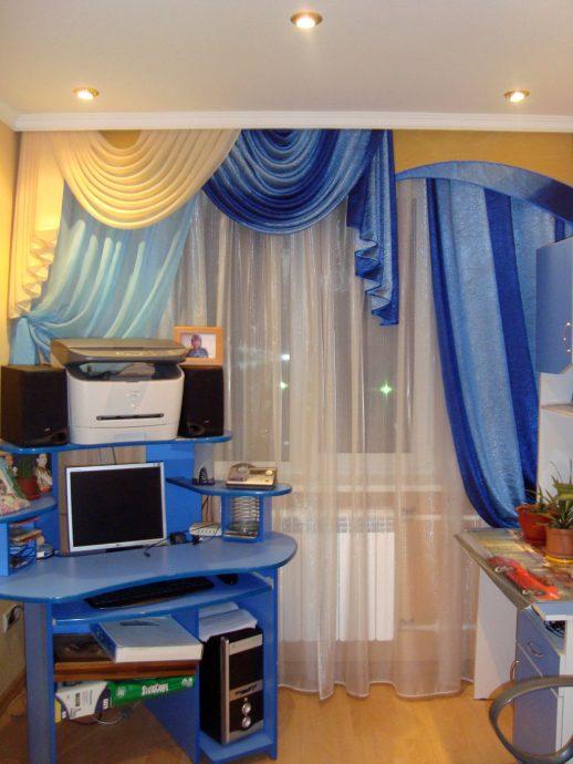 светлые шторы в спальню в интерьере комнаты
