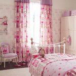 яркие шторы в спальню в интерьере дизайн