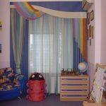 яркие шторы в комнату в интерьере комнаты фото