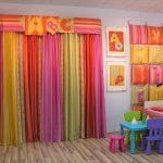 цветные шторы в спальню для девочки в интерьере спальни картинка