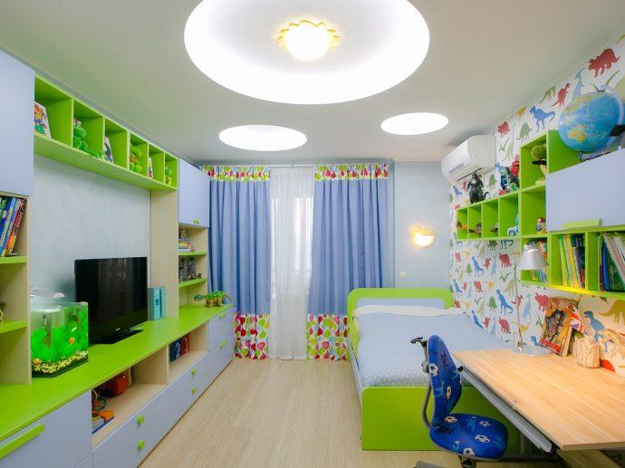яркие шторы в спальню для мальчика в интерьере