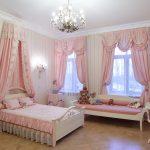 яркие шторы в спальню для девочки в интерьере комнаты фото