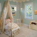яркий балдахин на кроватку дизайн пример