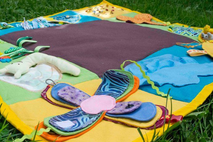 цветной детский коврик с машинками картинка