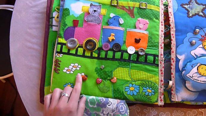 яркий развивающий коврик с машинками картинка