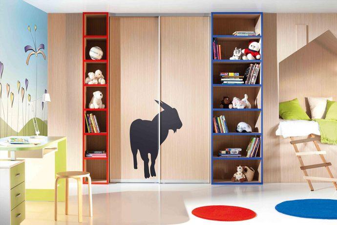 яркий раздвижной шкаф купе в детскую комнату