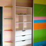 яркий шкаф в спальню дизайн