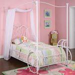 деревянная детская кроватка в квартире